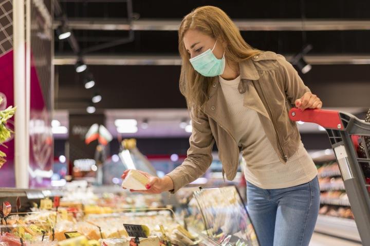 Žena s rouškou nakupuje