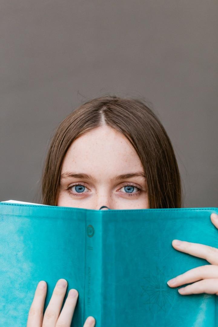 Žena s modrýma očima a s modrou knihou
