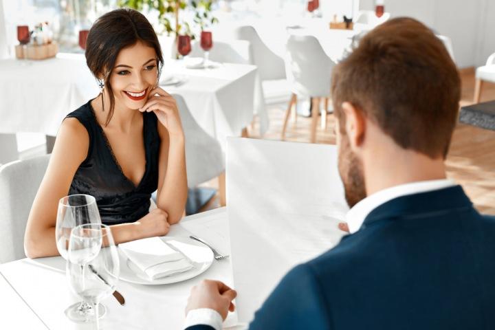 Žena s mužem u stolu.