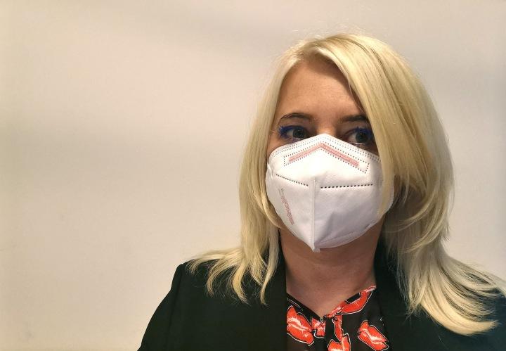 Žena s respirátorem FFP2