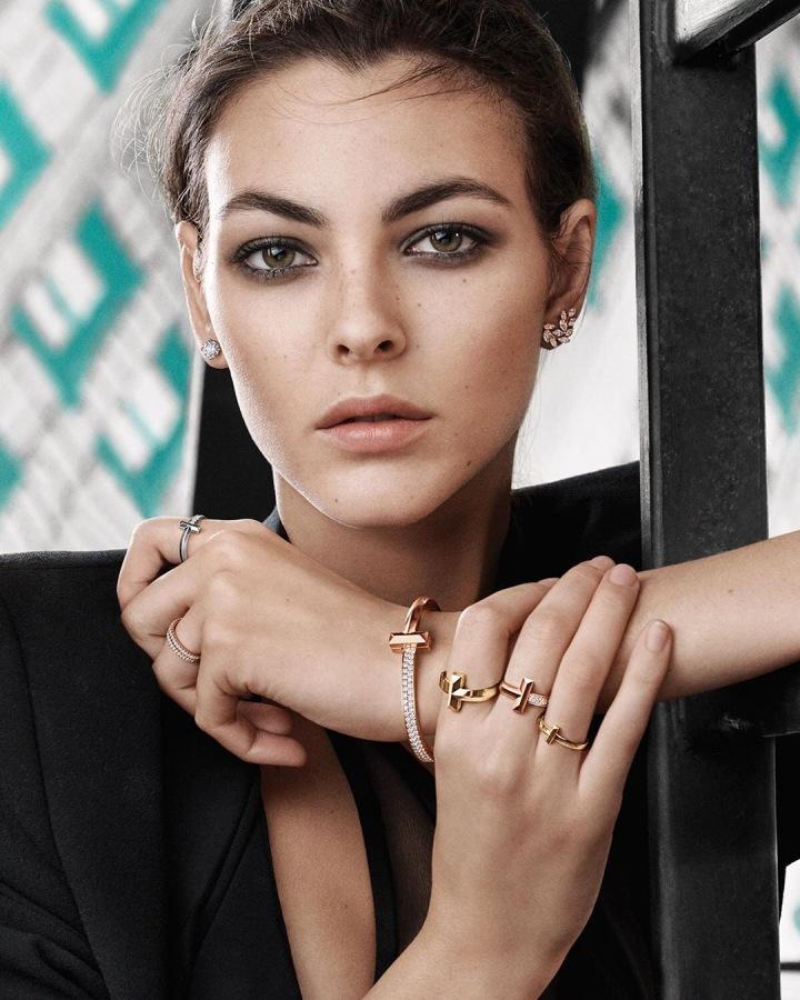 Žena se šperky Tiffany and Co.