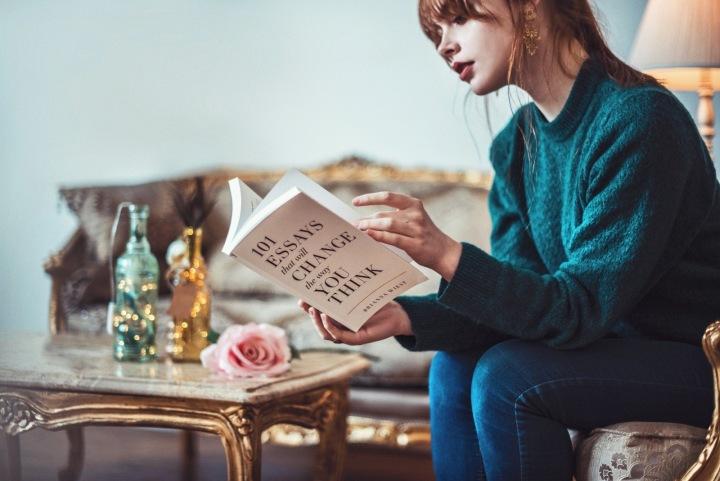 Žena u stolku a s knihou v ruce