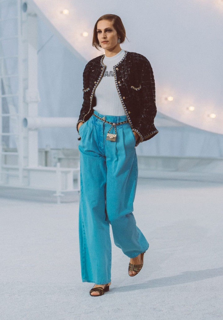 Žena v barevném modelu Chanel SS2021