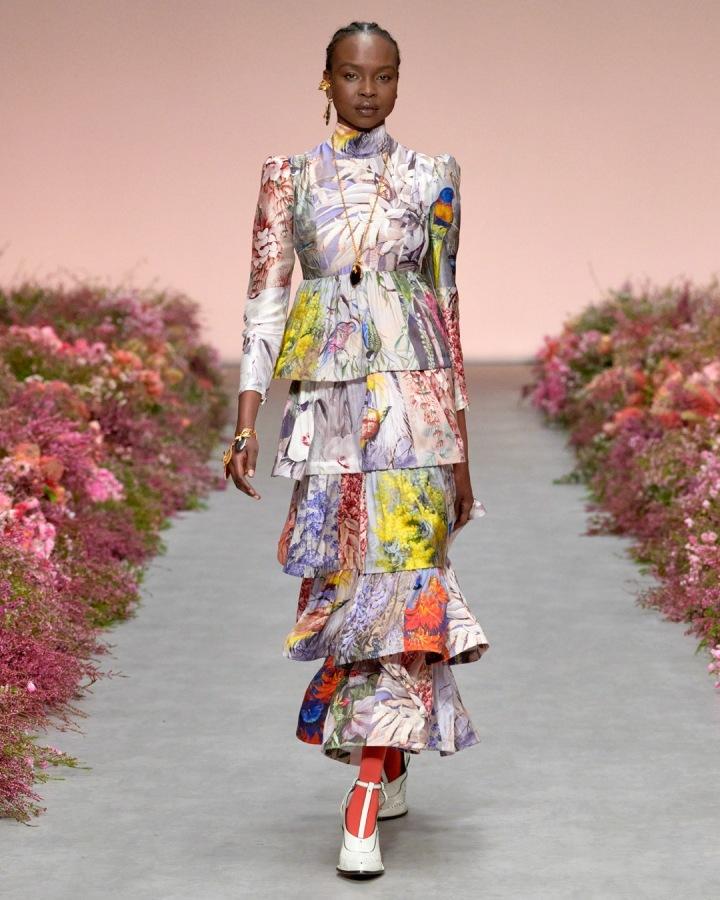 Žena v barevných šatech Zimmermann