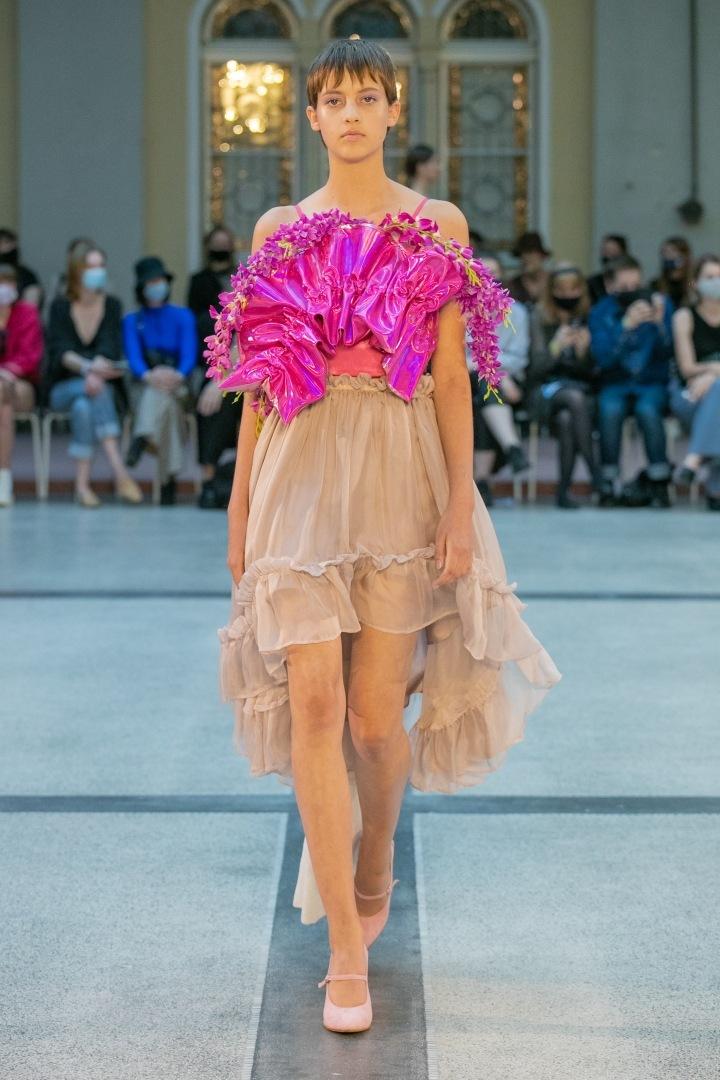 Žena v béžové sukni a růžovém topu od Natalie Dufkokvé