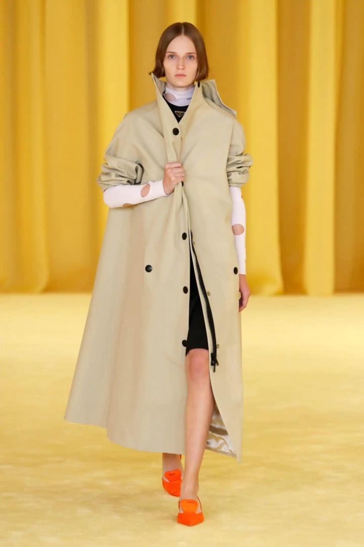 Žena v béžovém kabátu Prada SS2021