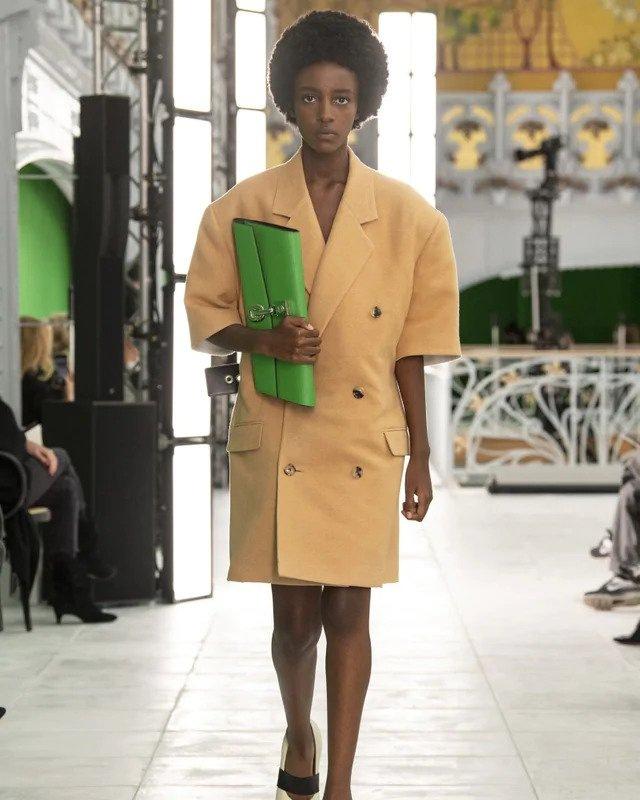 Žena v béžovém kabátu Louis Vuitton SS2021