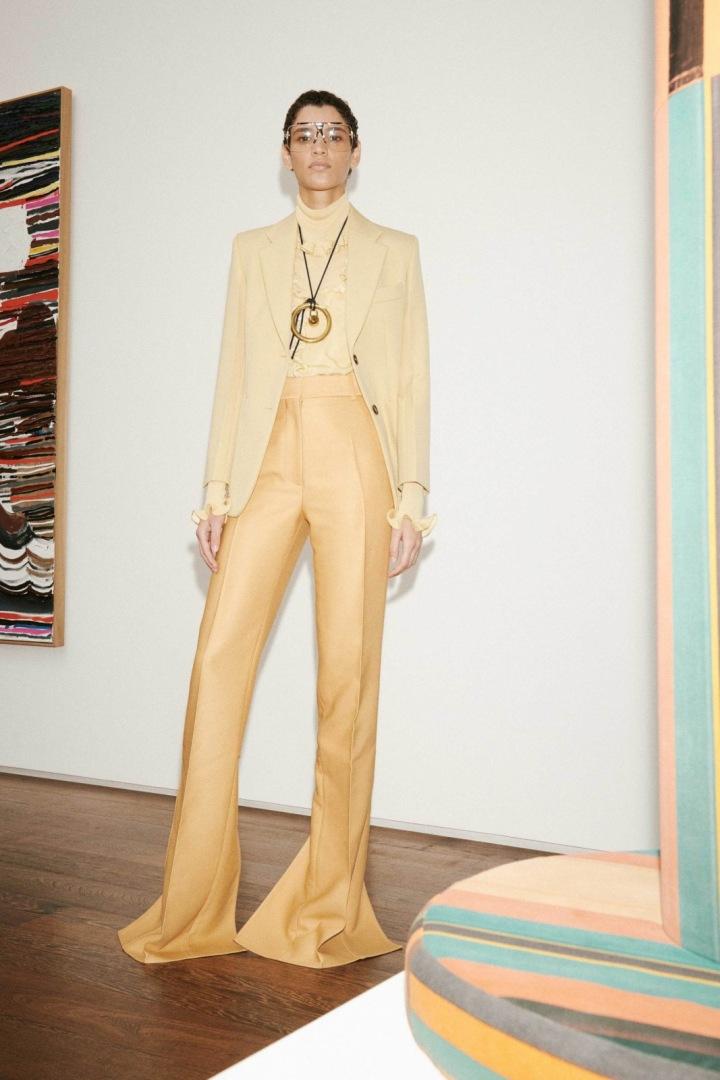 Žena v béžovém obleku Victoria Beckham
