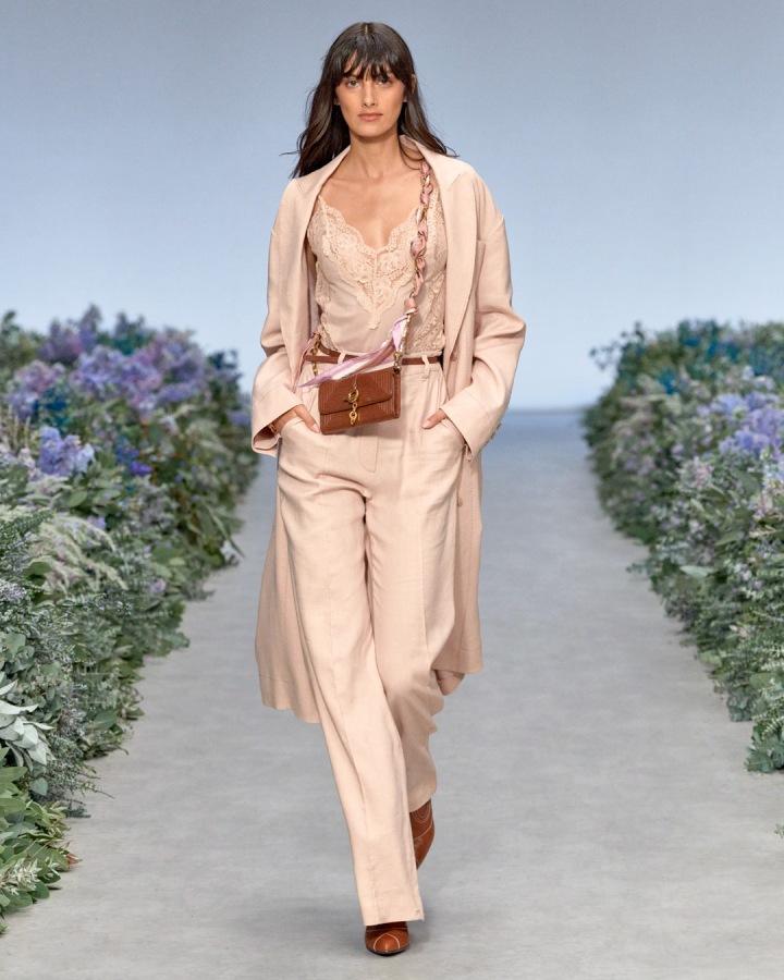 Žena v béžovém topu a béžových kalhotách Zimmermann