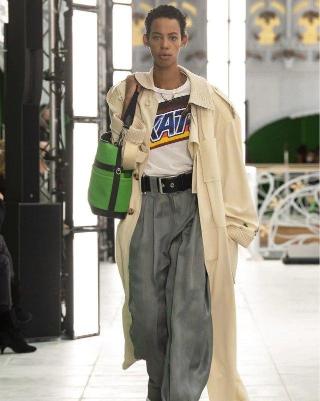 Žena v béžovém trenčkotu Louis Vuitton SS2021