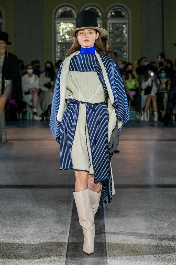 Žena v béžovo-modrém outfitu od Jakuba Polanky