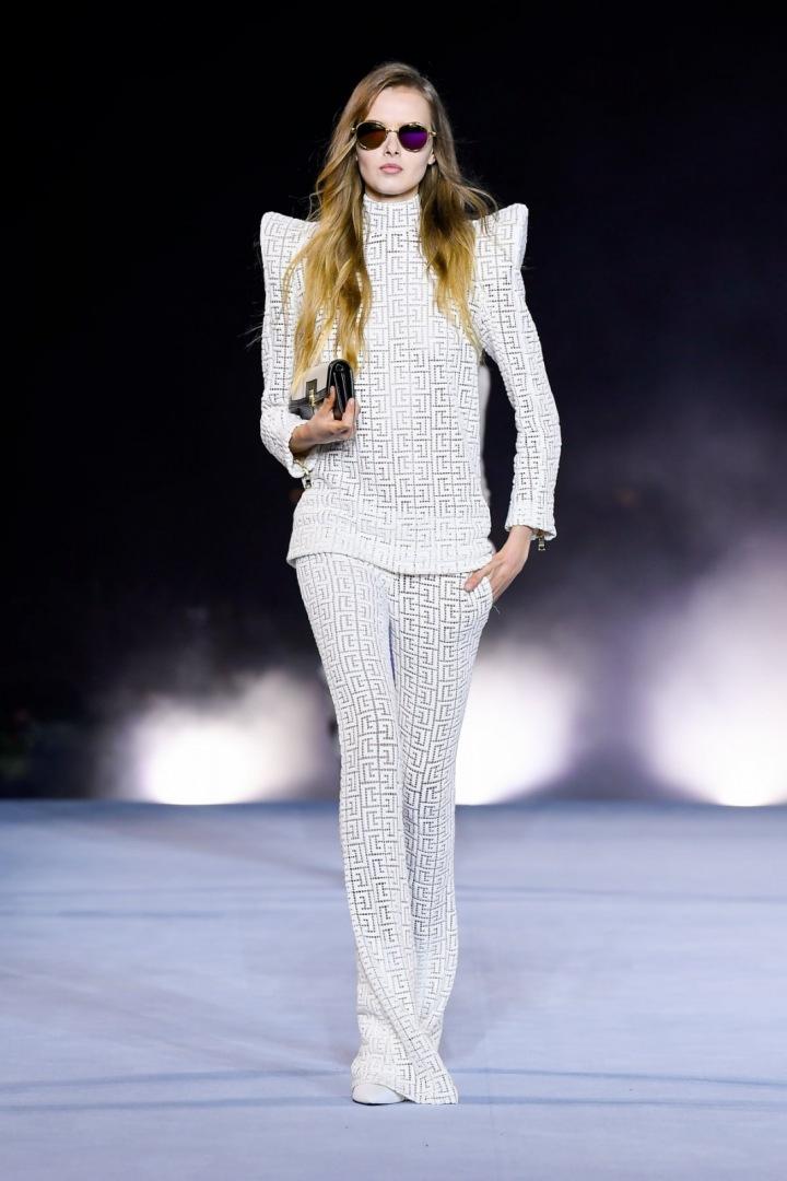 Žena v bílém modelu Balmain SS2021