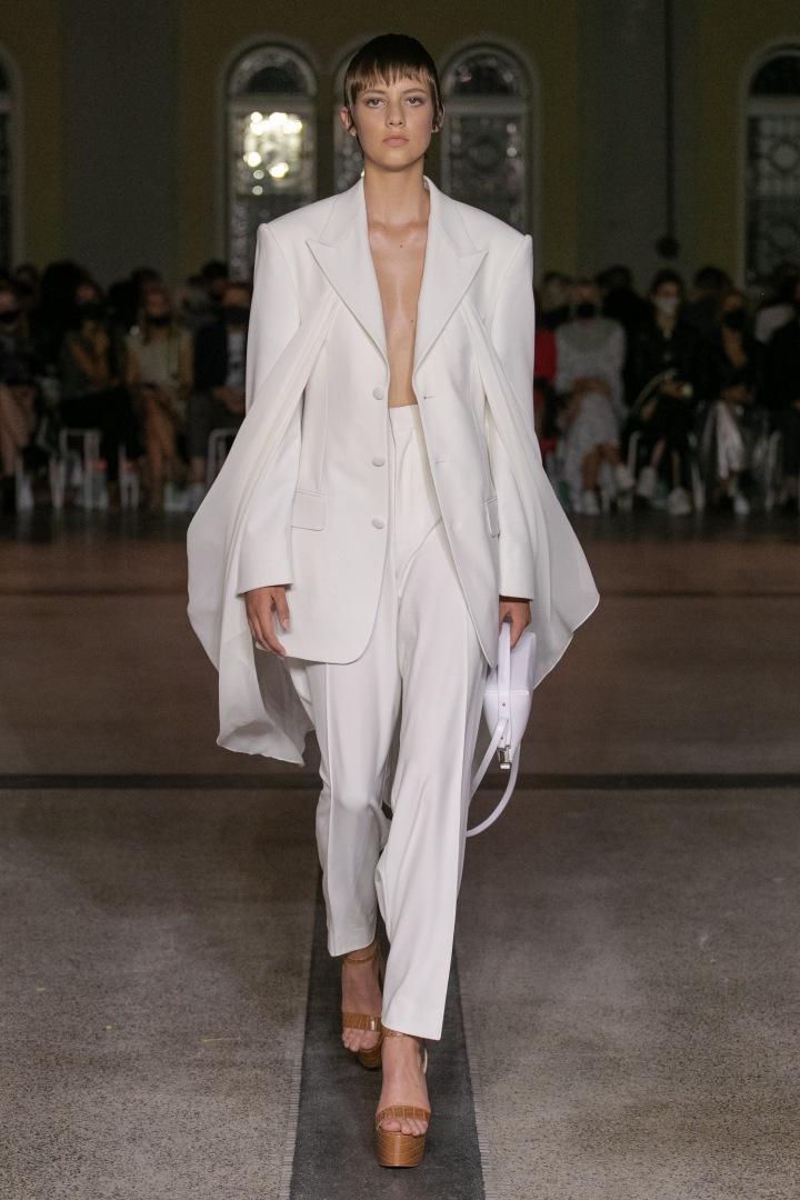 Žena v bílém obleku Michaela Kováčika