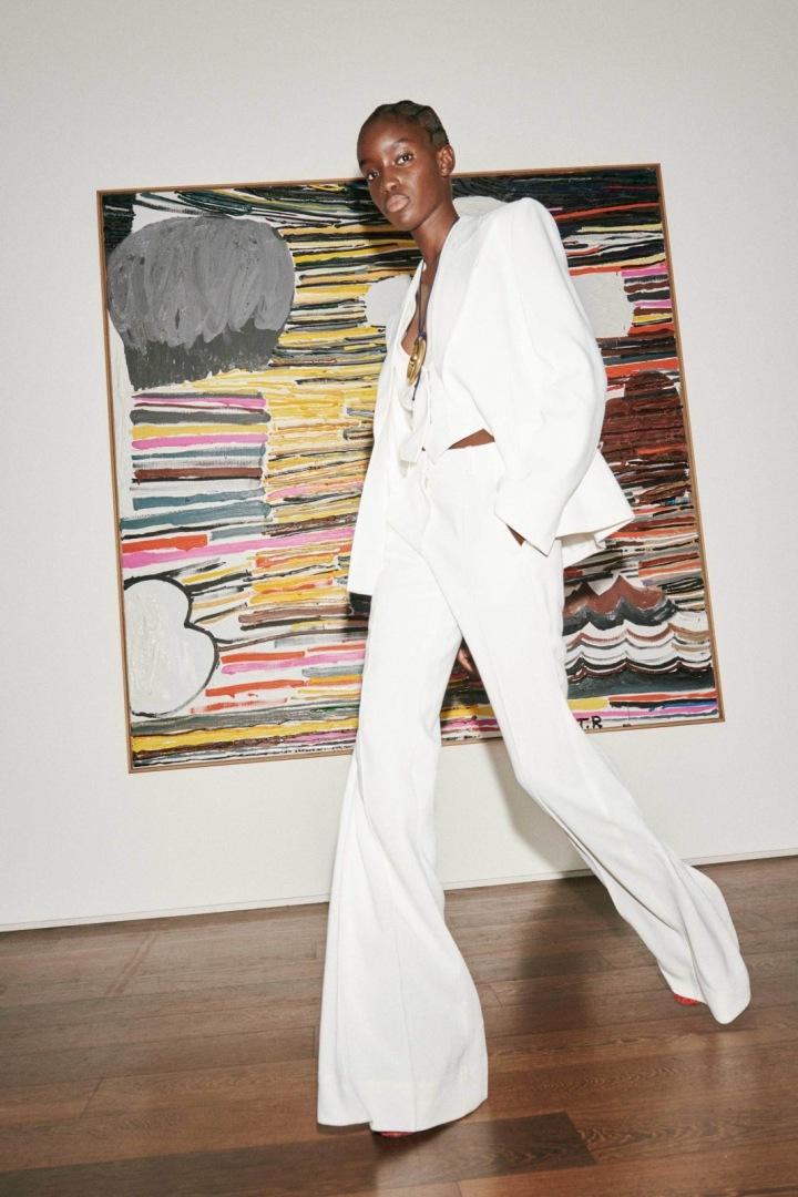 Žena v bílém obleku Victoria Beckham