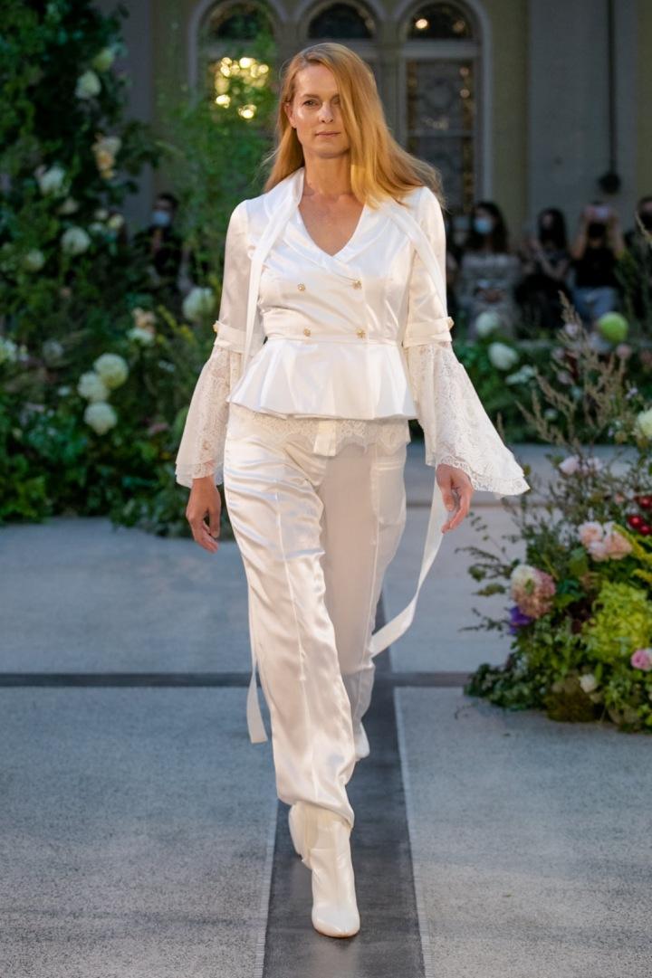 Žena v bílém outfitu od Jiřího Kalfaře