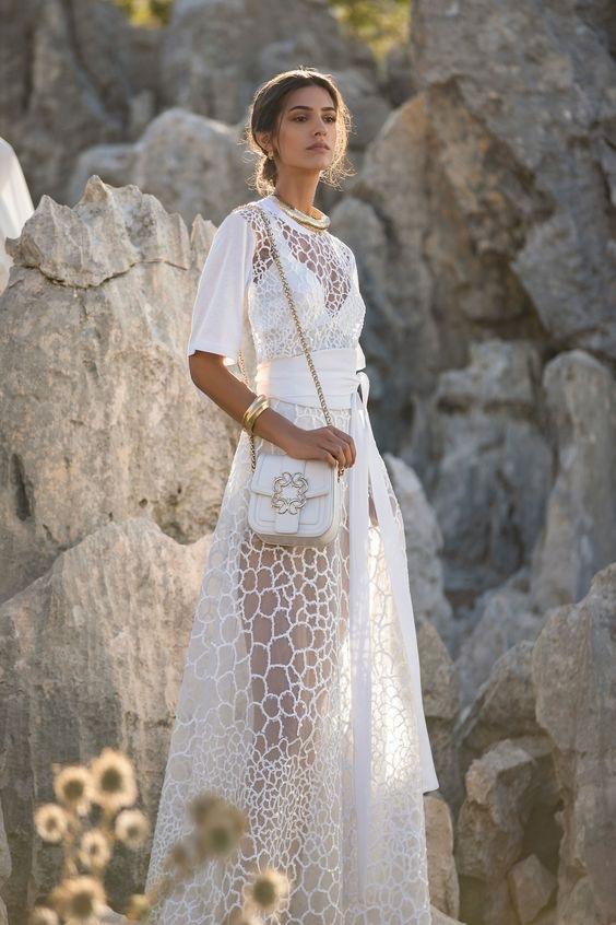 Žena v bílých šatech Elie Saab SS2021