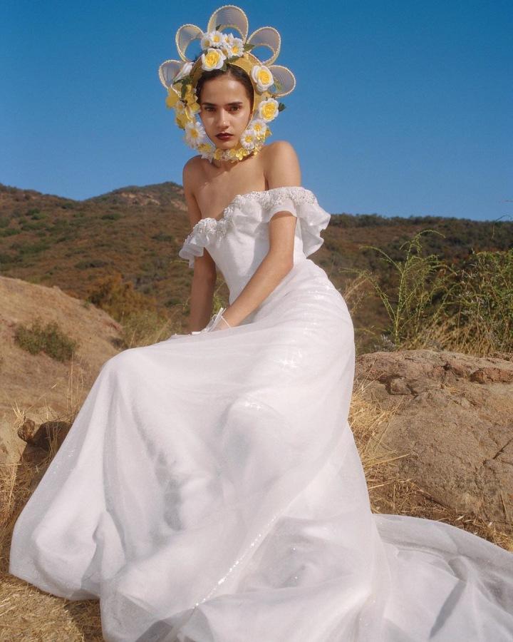 Žena v bílých šatech Rodarte