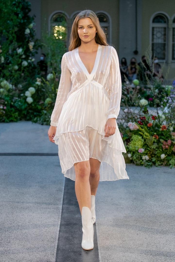 Žena v bílých šatech s dlouhým rukávem od Jiřího Kalfaře