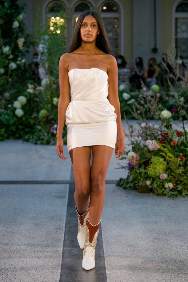 Žena v bílých upnutých šatech od Jiřího Kalfaře