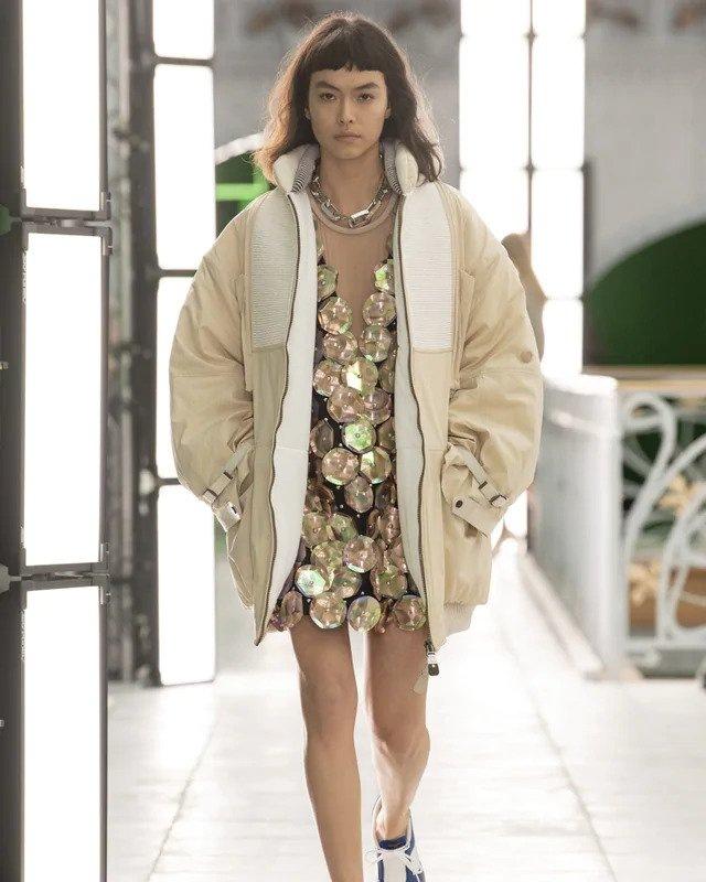 Žena v bundě a šatech s flitry Louis Vuitton SS2021