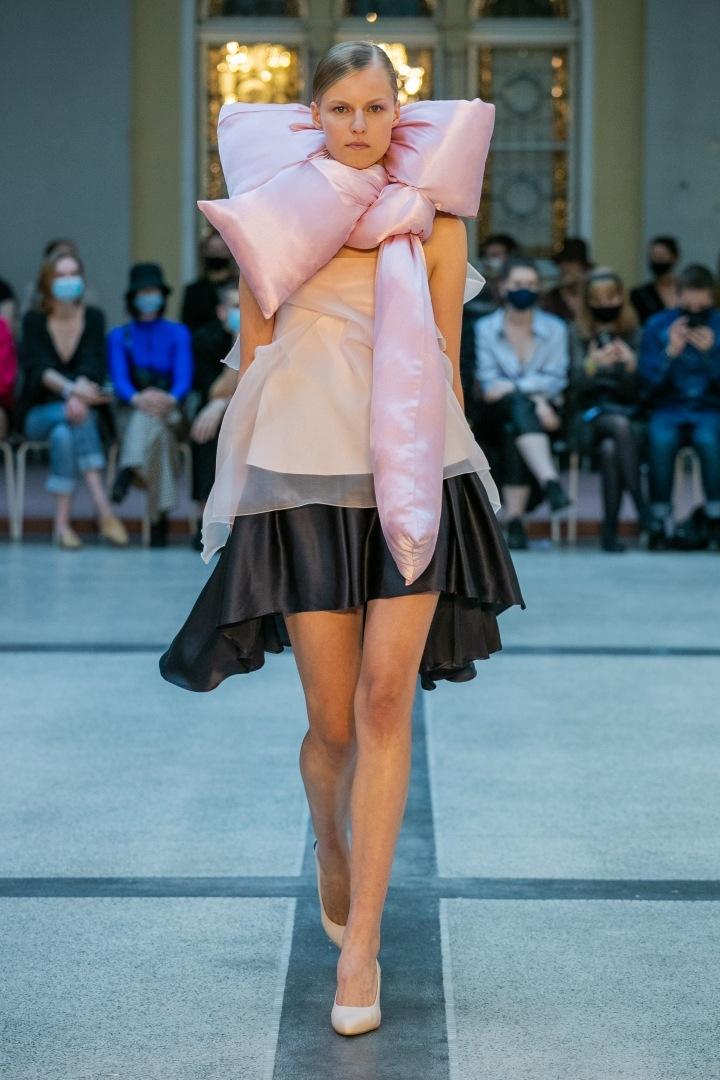 Žena v černé sukni a béžovém topu od Natalie Dufkové