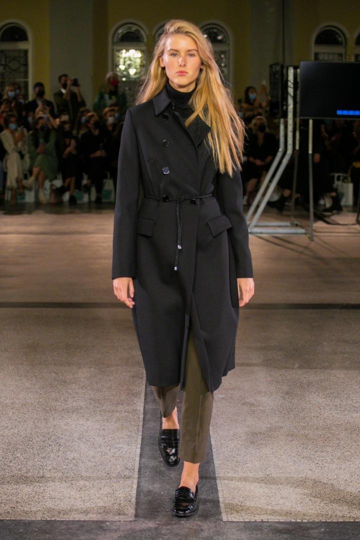 Žena v černém kabátu Pietro Filipi (2)