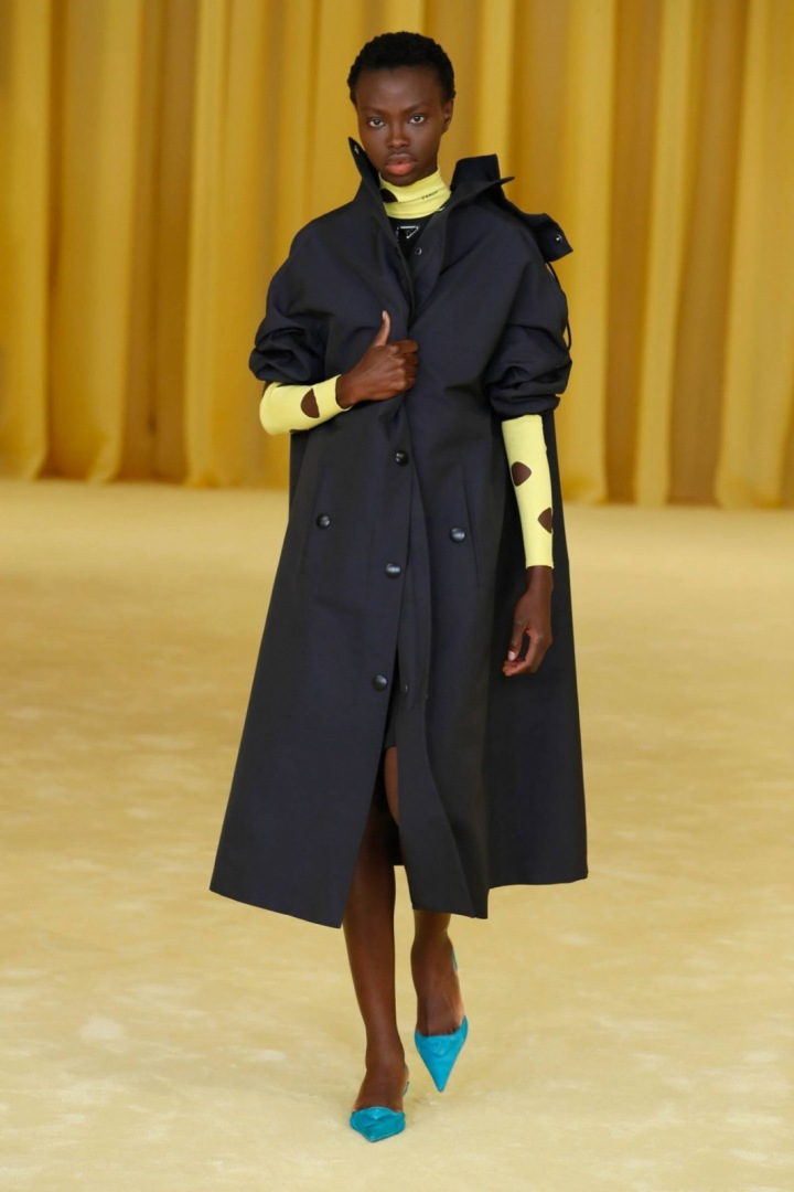 Žena v černém kabátu Prada SS2021