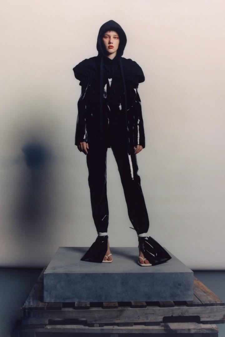 Žena v černém latexovém modelu LRS