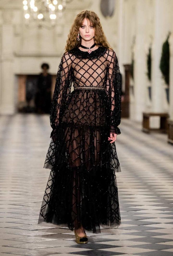 Žena v černém modelu Chanel Métiers d'art 2020/21