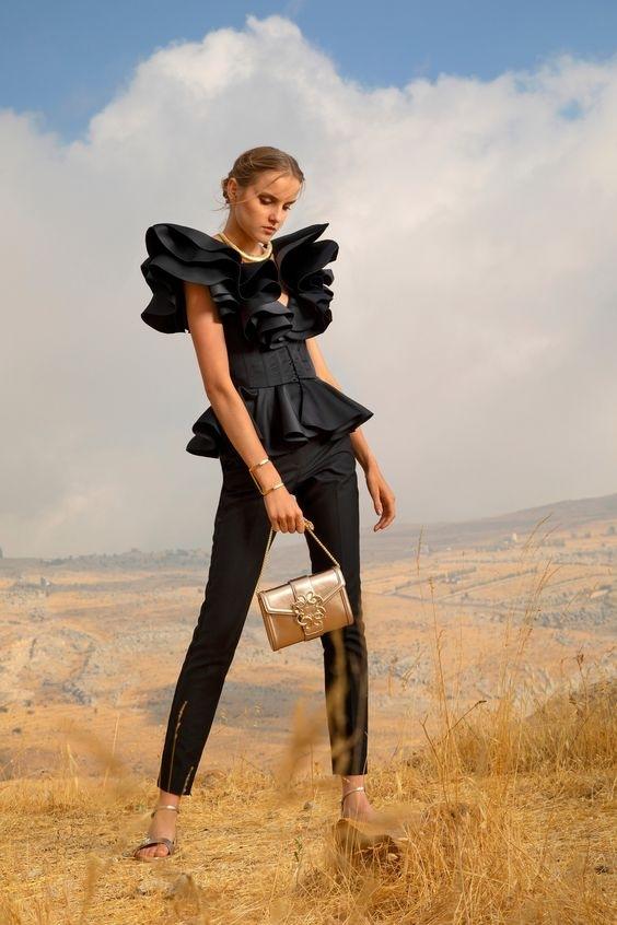 Žena v černém modelu Elie Saab SS2021