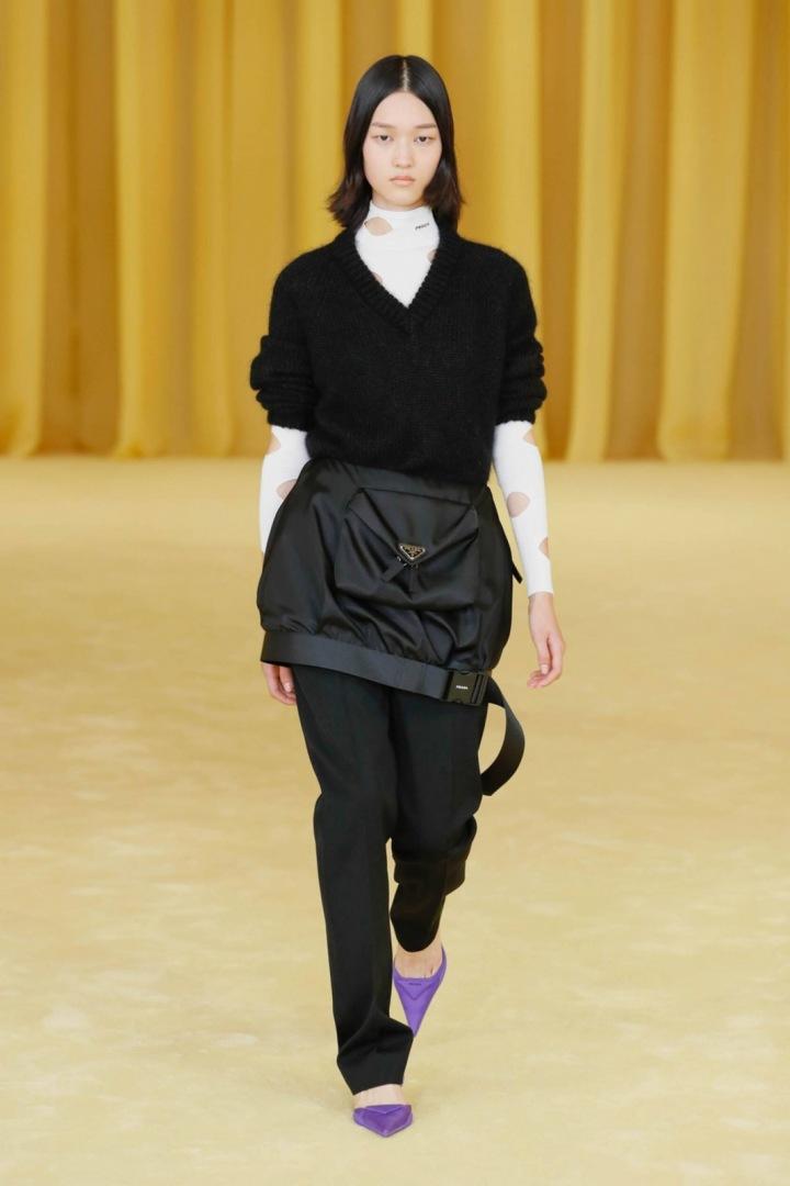 Žena v černém modelu Prada SS2021