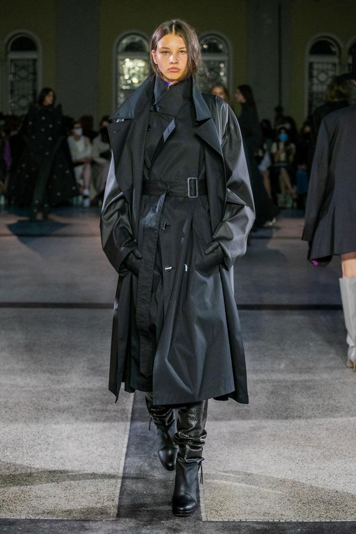 Žena v černém outfitu od Jakuba Polanky