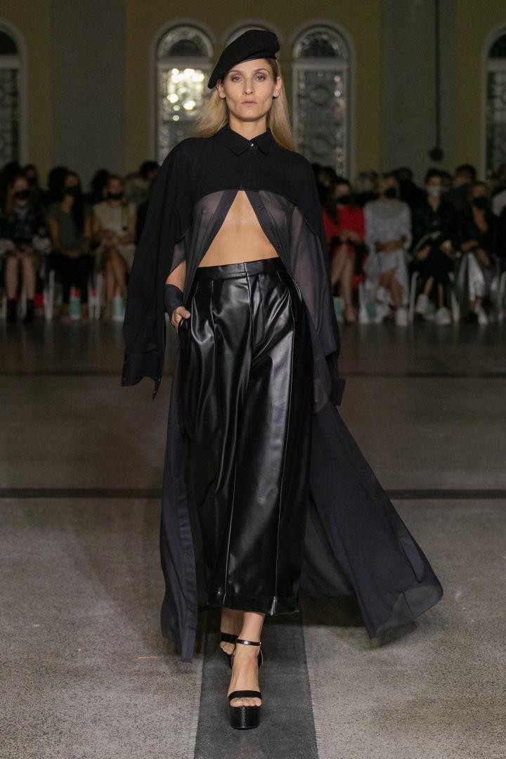 Žena v černém outfitu Michaela Kováčika