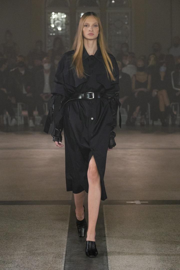 Žena v černém outfitu od Zoltána Tótha
