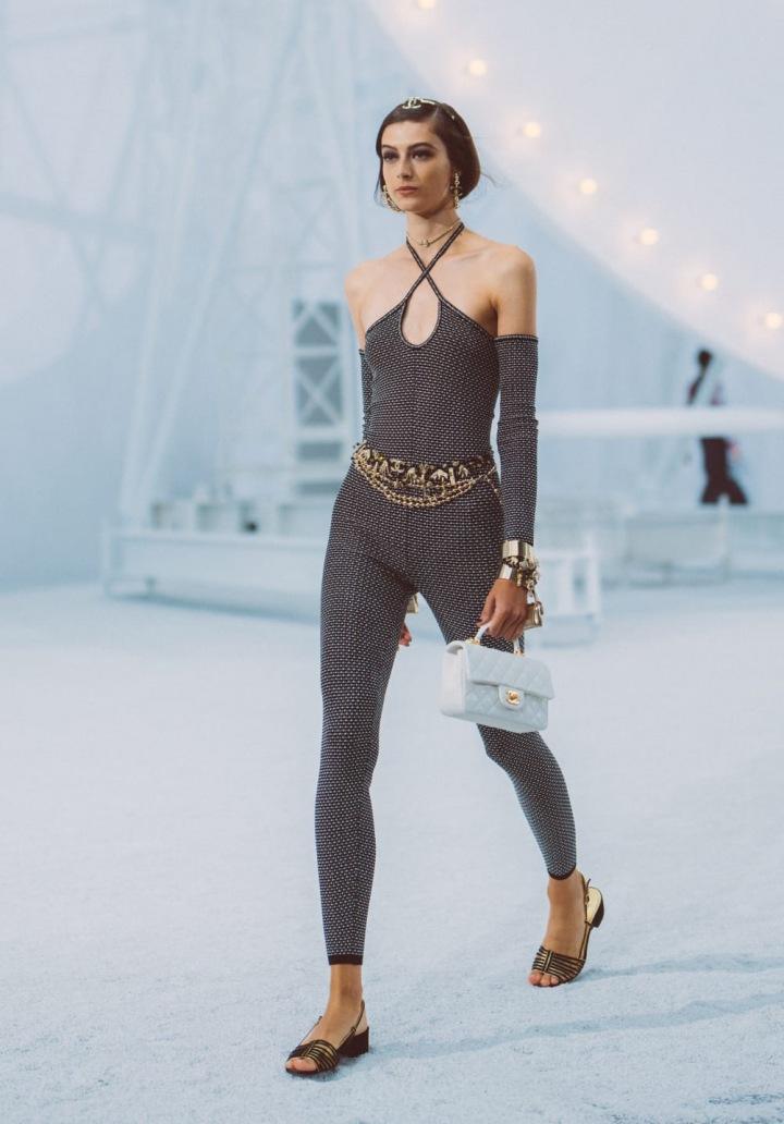 Žena v černém overalu Chanel SS2021