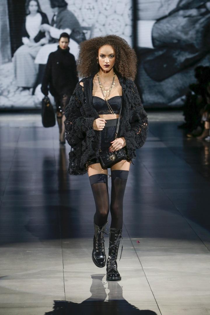 Žena v černém spodním prádle a svetru Dolce a Gabbana