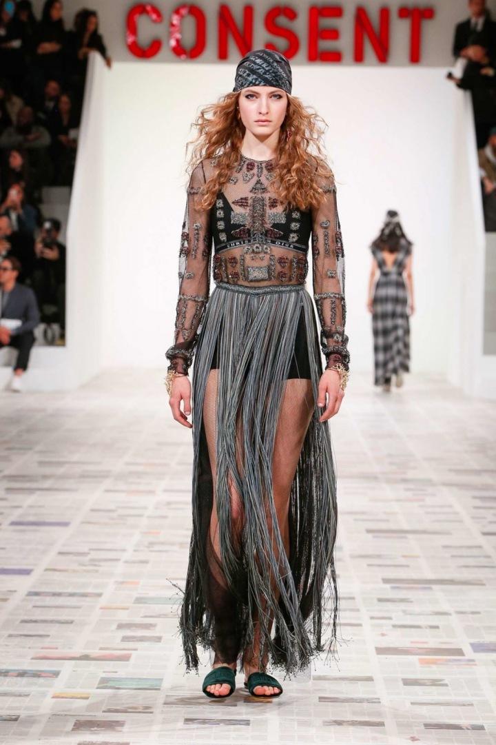 Žena v černo-stříbrném modelu s třásněmi značky Dior