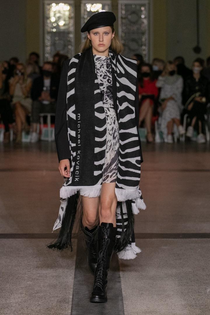 Žena v černobílém modelu Michaela Kováčika