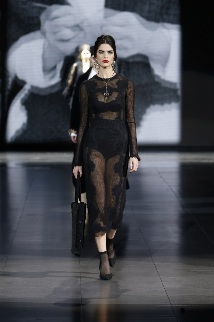 Žena v černých šatech Dolce Gabbana