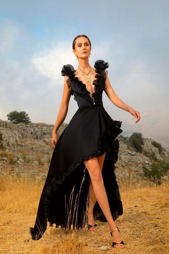 Žena v černých šatech Elie Saab SS2021