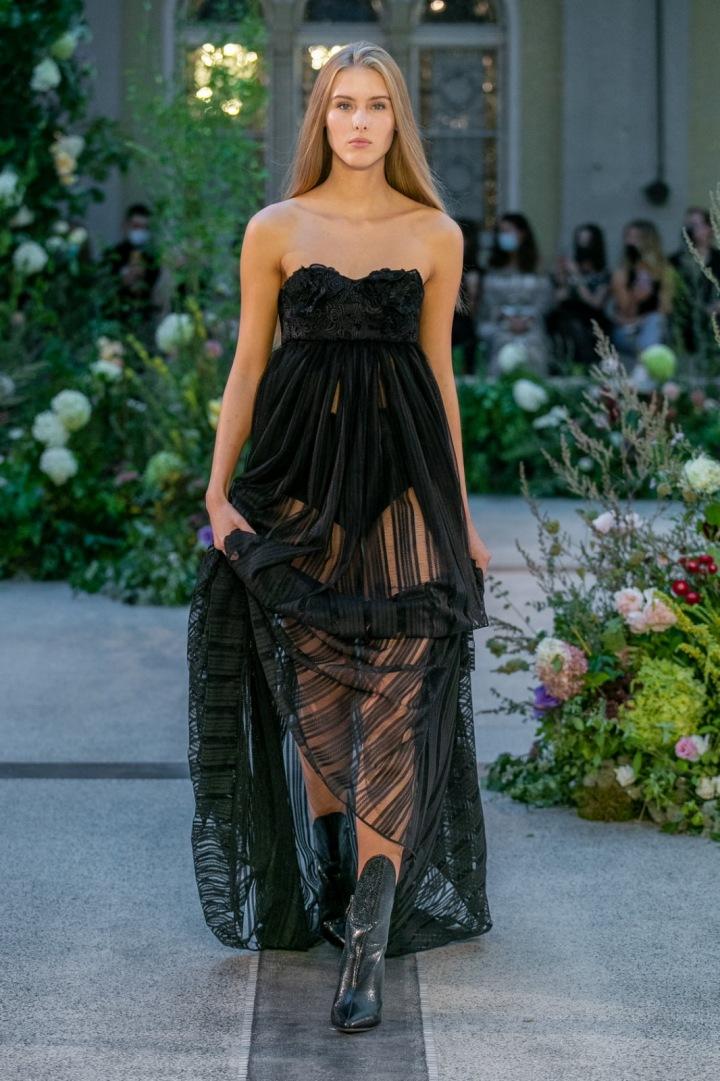 Žena v černých šatech od Jiřího Kalfaře