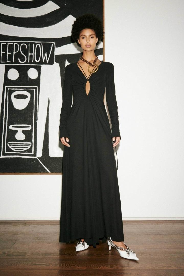 Žena v černých šatech Victoria Beckham