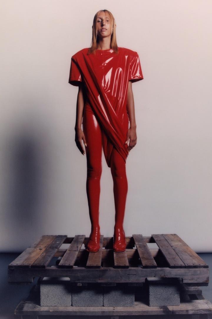 Žena v červeném latexovém modelu