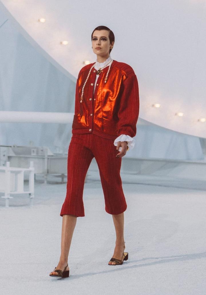 Žena v červeném modelu Chanel SS2021