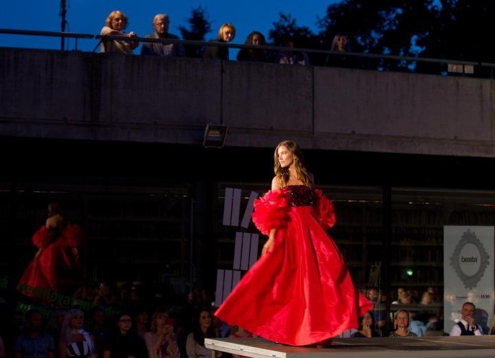 Žena v červených šatech Beaty Rajské