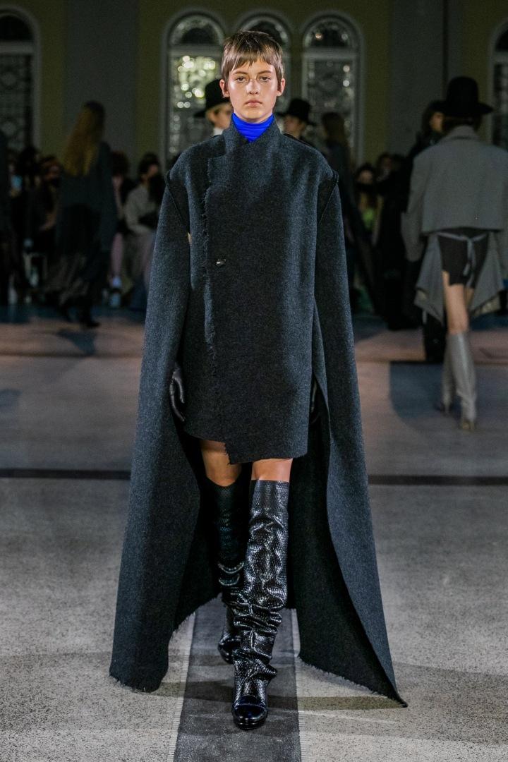 Žena v černém outfitu s modrým límcem od Jakuba Polanky
