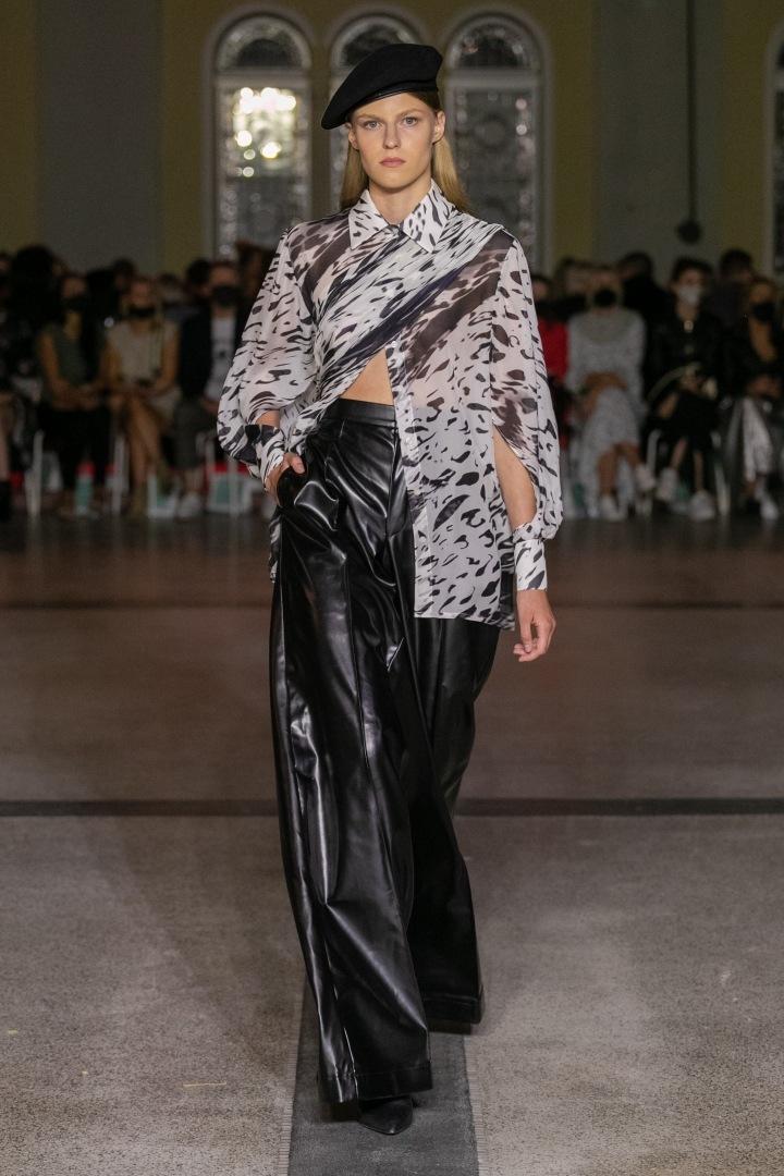 Žena v halence a černých kalhotách od Michaela Kováčika