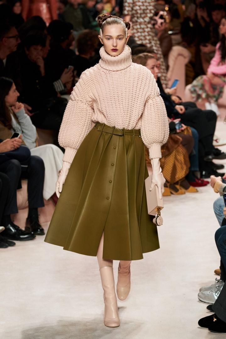 Žena v kožené sukni Fendi