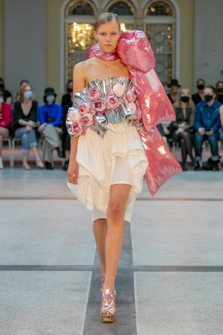 Žena v krémové sukni a barevném topu od Natalie Dufkové