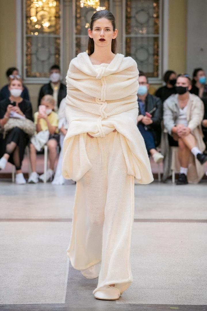 Žena v krémovém pleteném outfitu UMPRUM